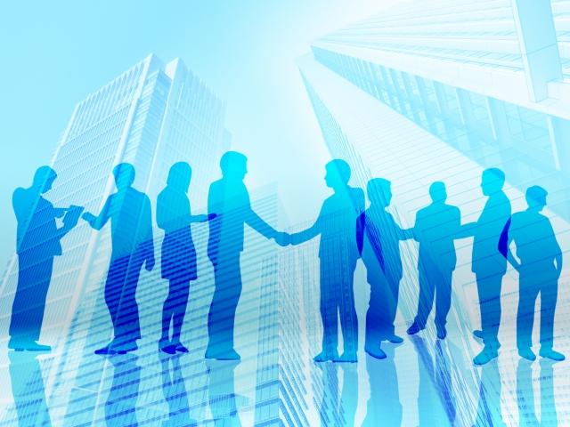 握手する複数のビジネスマン