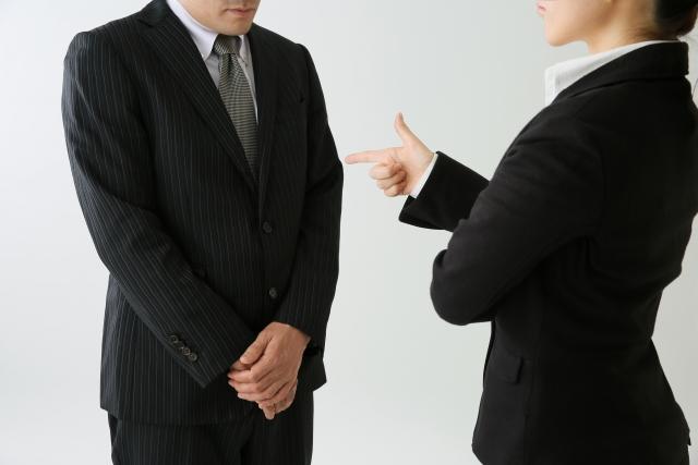 叱責されるビジネスマン