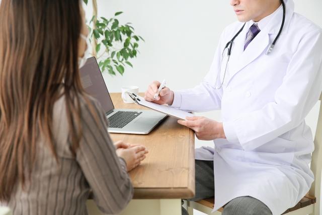 診察する医師と患者